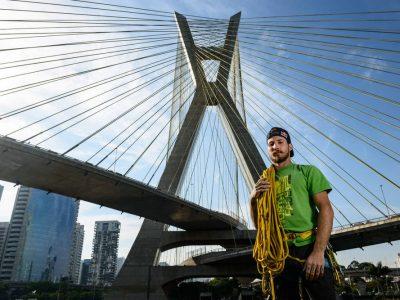Foto do atleta Felipe Camargo em frente a ponte
